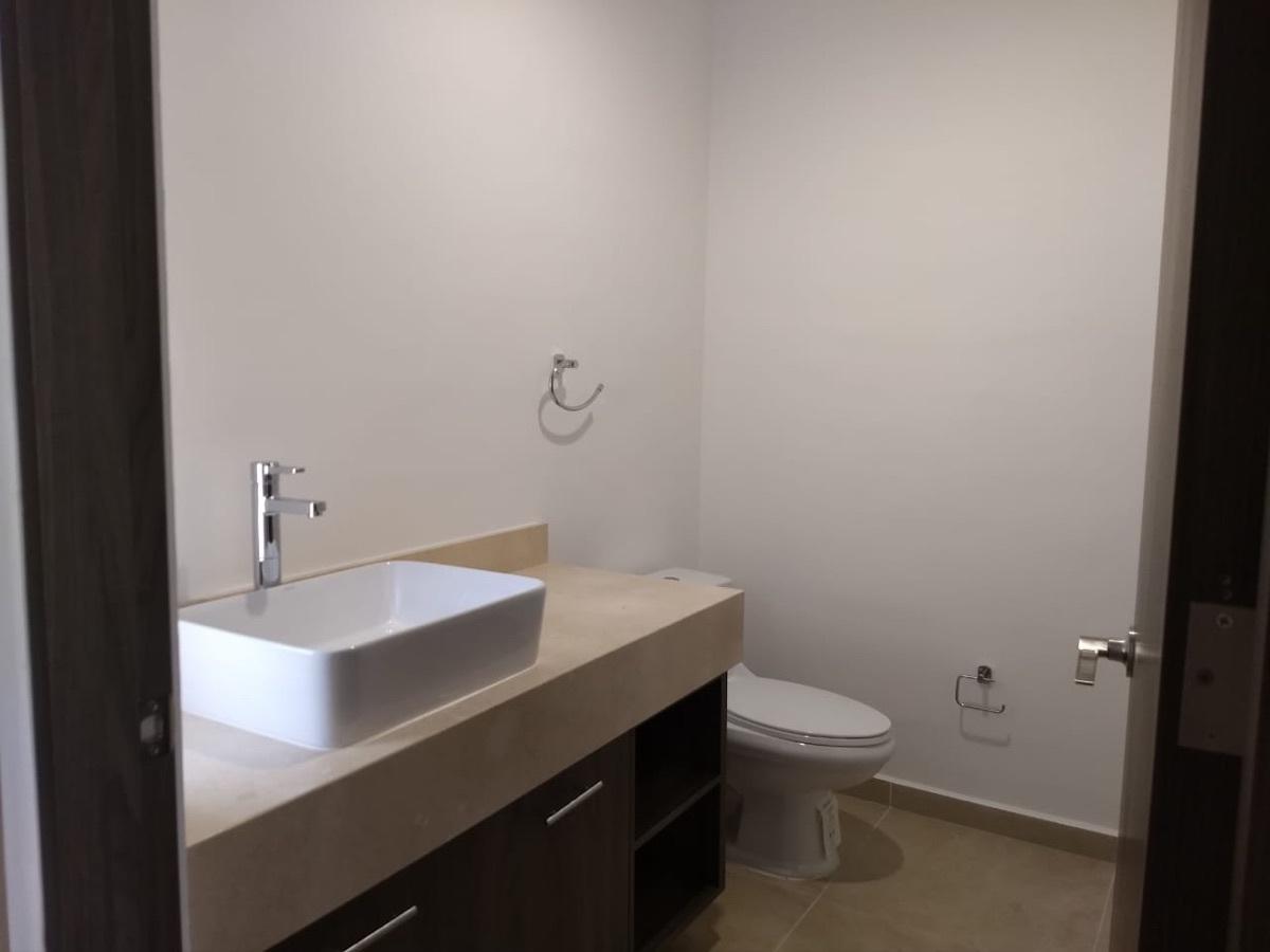 6 de 29: Medio baño, planta baja