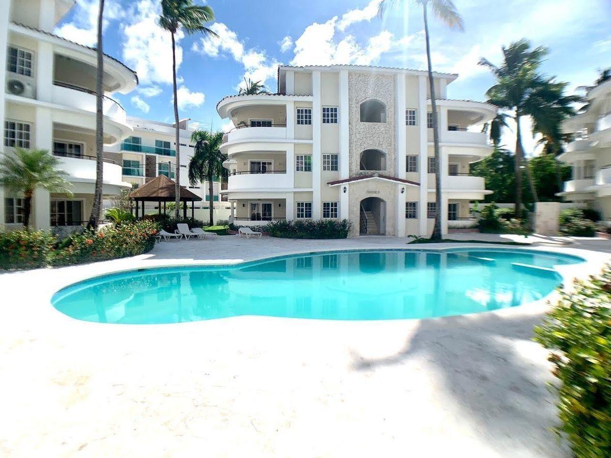 2 de 16: Fachada del Residencial y piscina