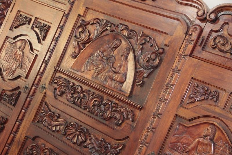 24 de 31: Muebles tallados a mano