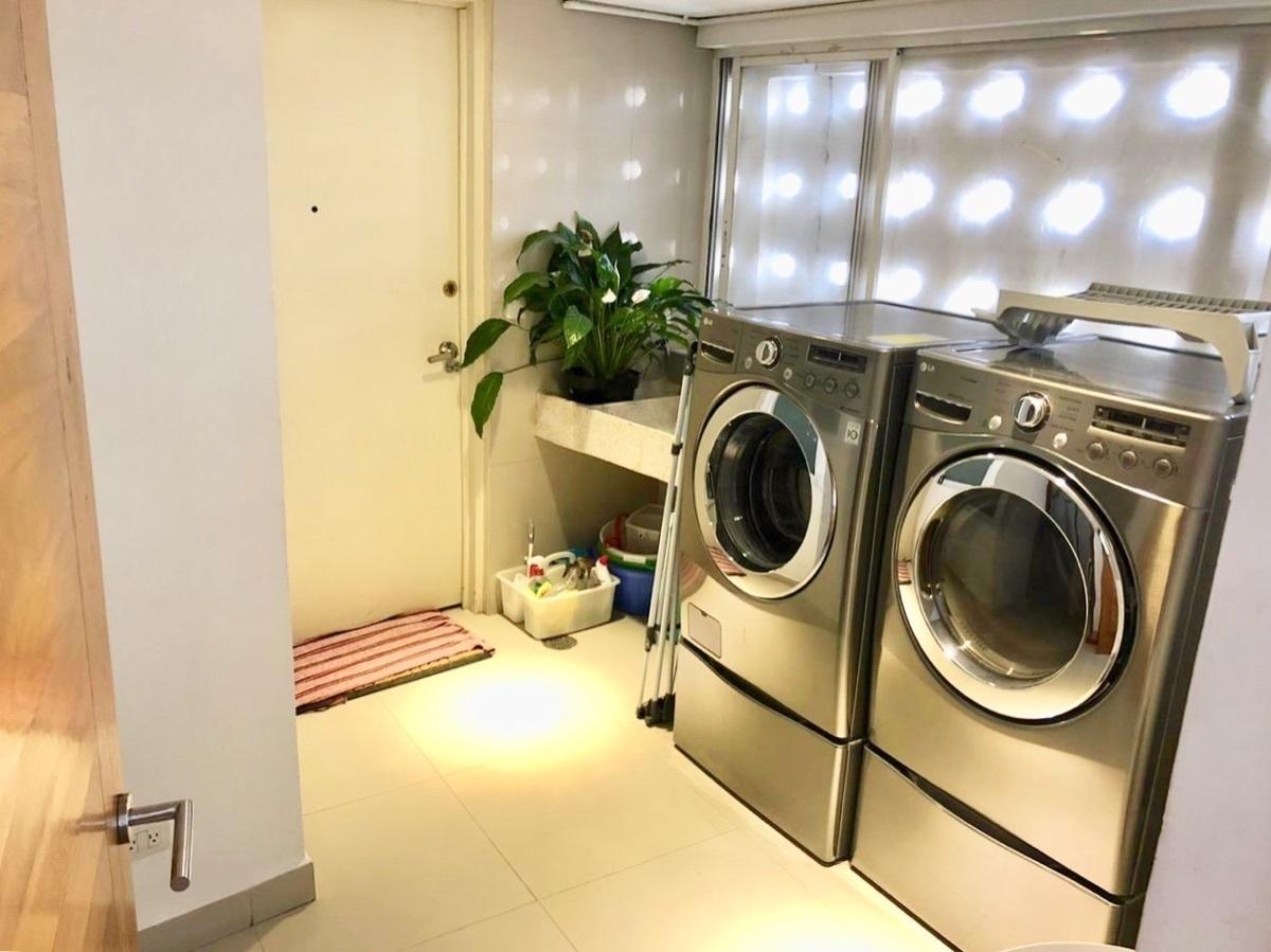 25 de 37: Área de lavado con electrodomésticos