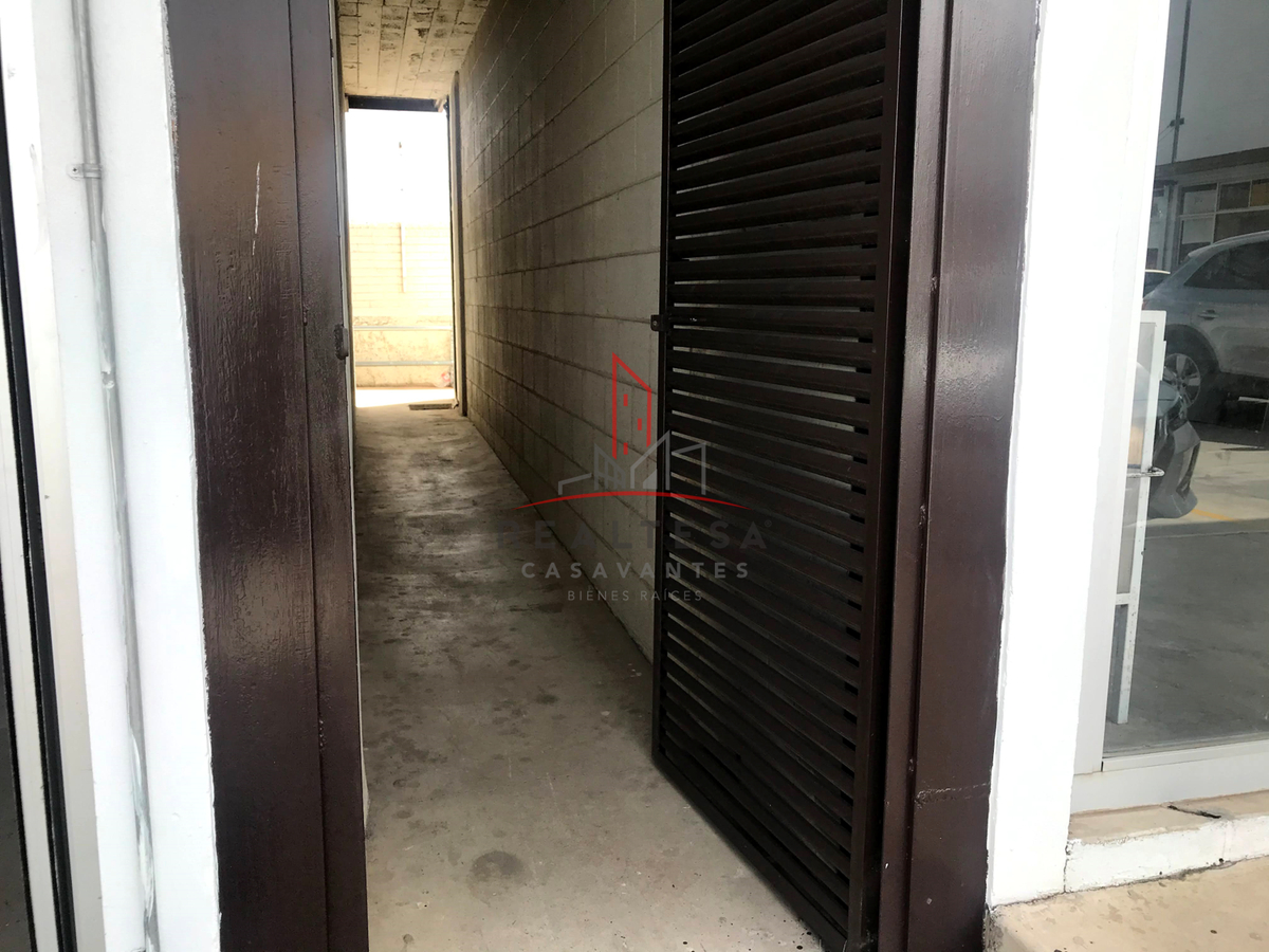 4 de 7: Entrada a pasillo de equipamiento