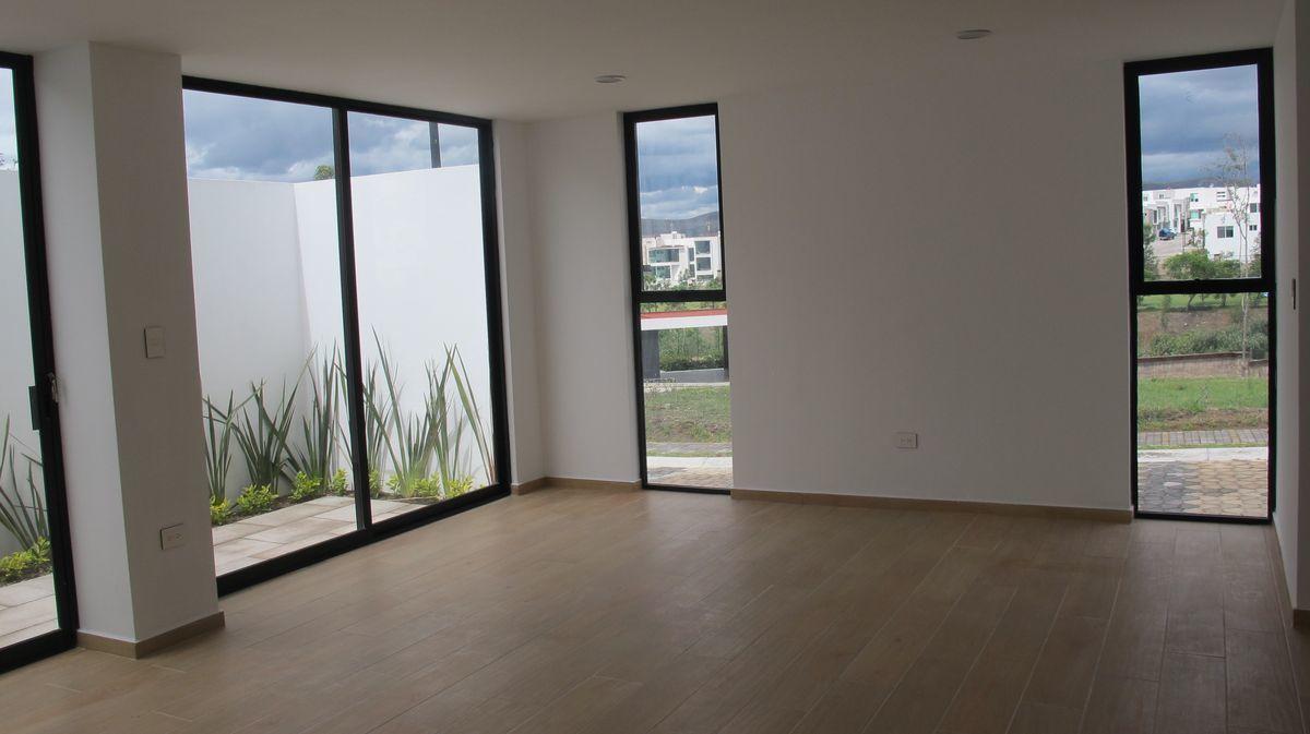 2 de 16: Amplia sala- comedor con ventanales.
