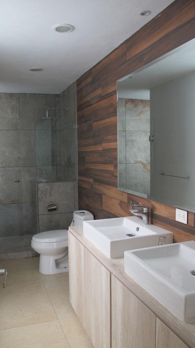 12 de 16: Baño de recámara principal con doble lavabo.