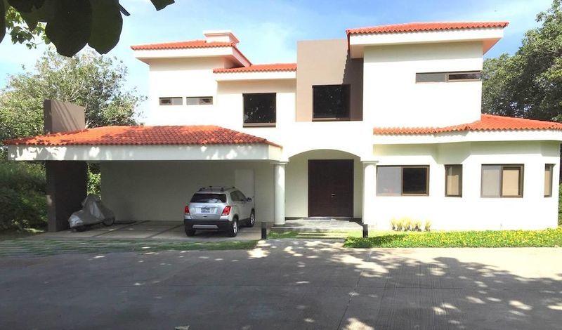 Hermosa Casa Con Estilo Moderno Y Amplios Jardines En Residencial