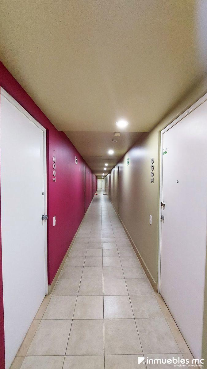 20 de 29: Pasillo que da a la puerta del Departamento