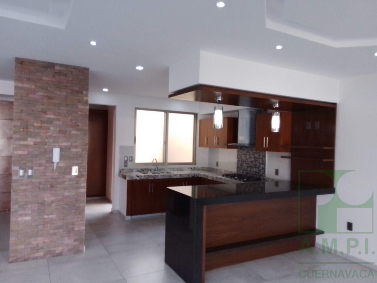 30 de 36: Cocina con acabados de granito comedor  sala luz ambiente