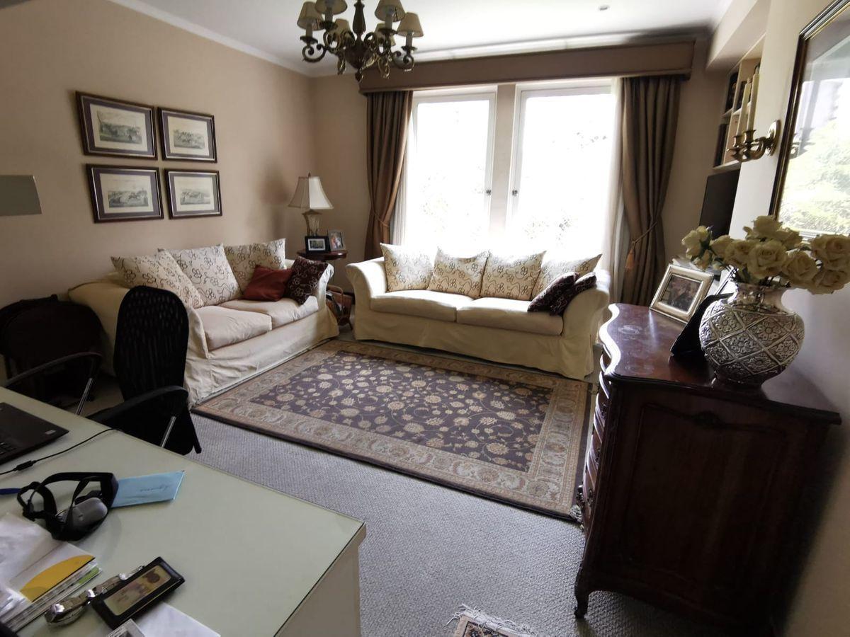 3 de 27: Buena sala de estar con vista al Boulevard y escritorio