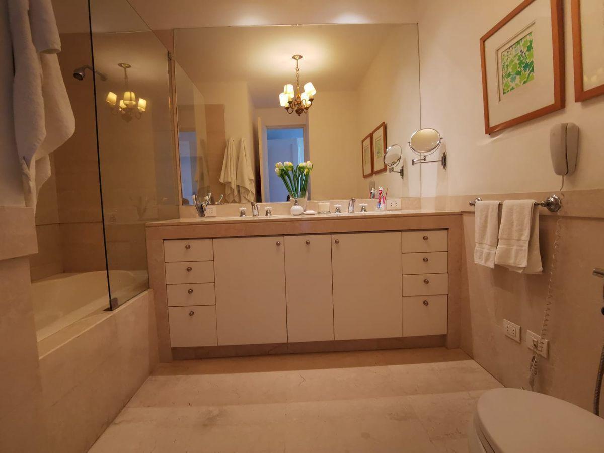 23 de 27: Elegante baño principal en mármol con tina