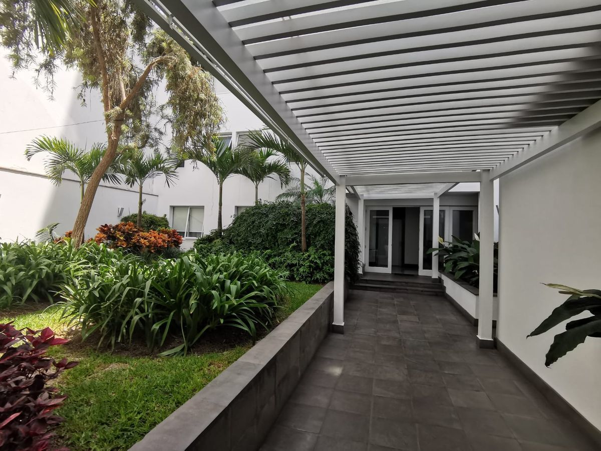 24 de 27: Precioso Camino jardín interior que conduce al ascensor ppal