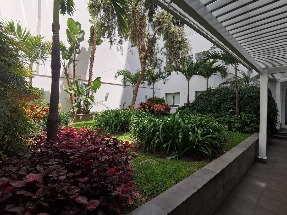 25 de 27: Precioso Camino jardín interior que conduce al ascensor ppal