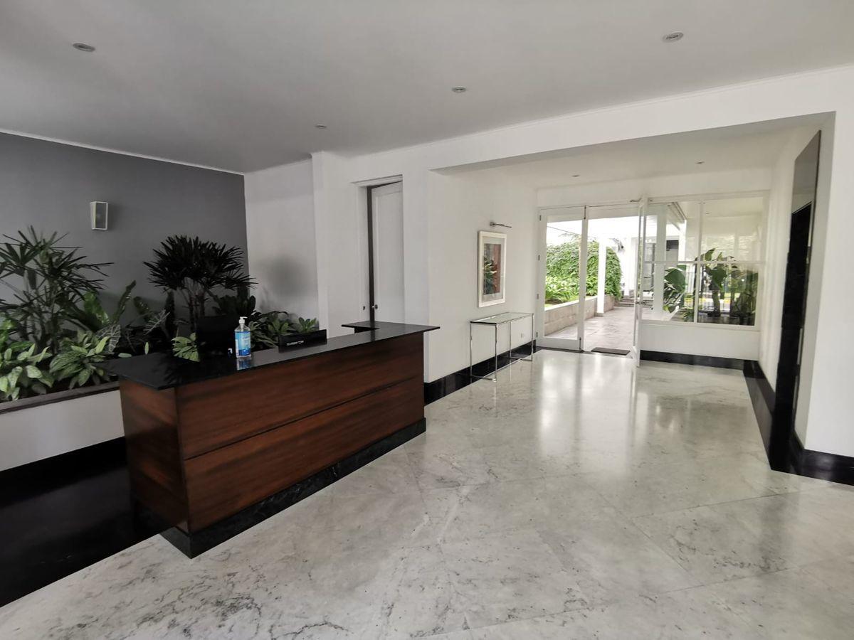 6 de 27: Elegante lobby con acabados en mármol y vista a jardín