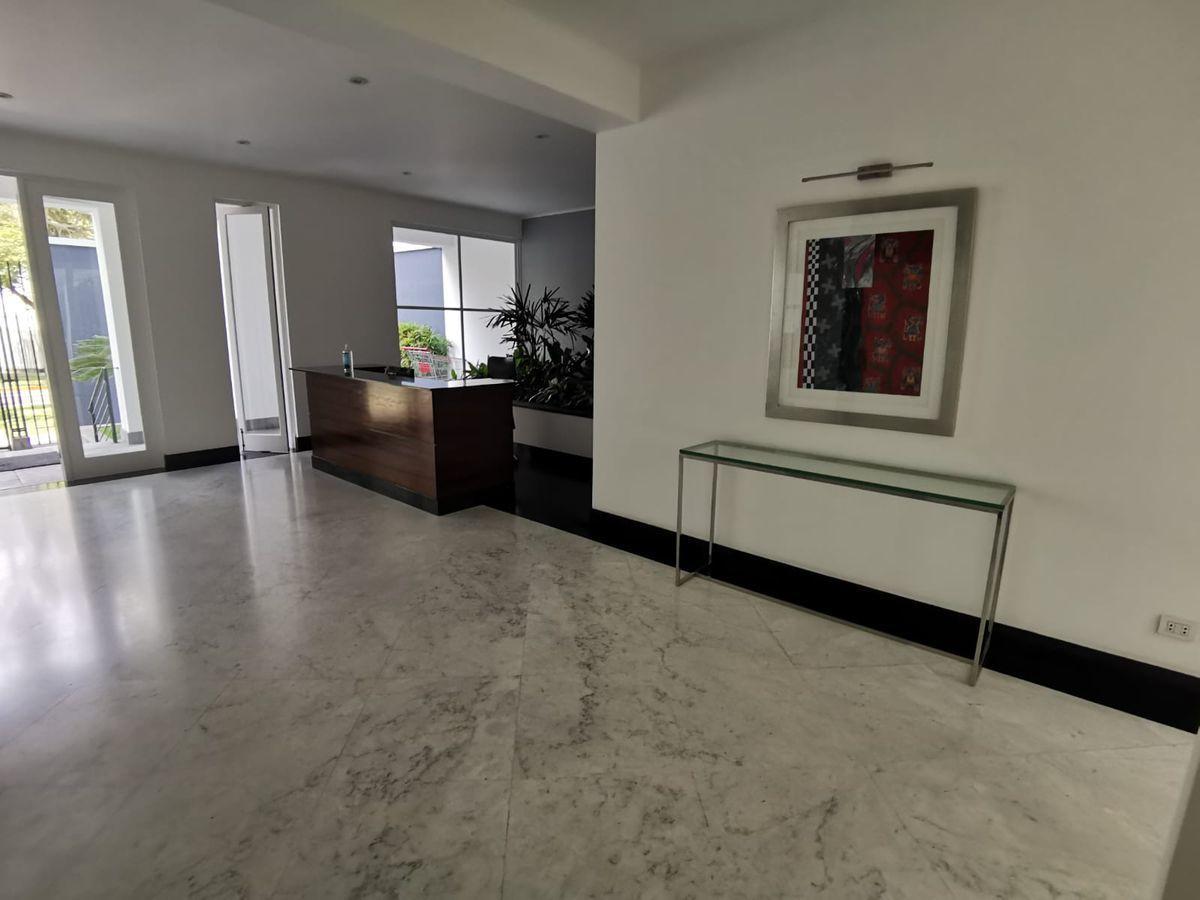 7 de 27: Elegante lobby con acabados en mármol y vista a jardín