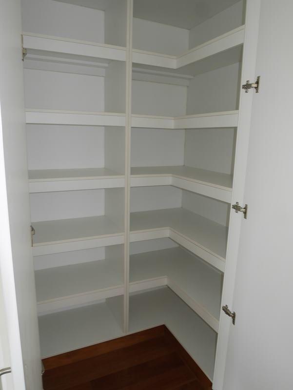 22 de 31: Closet ropa blanca tipo walk-in-closet en área íntima