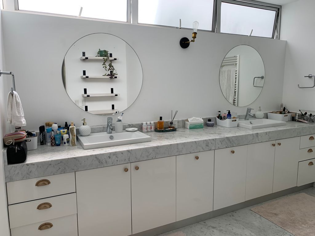 9 de 31: Baño Principal con WC privado, ducha y toallero eléctrico