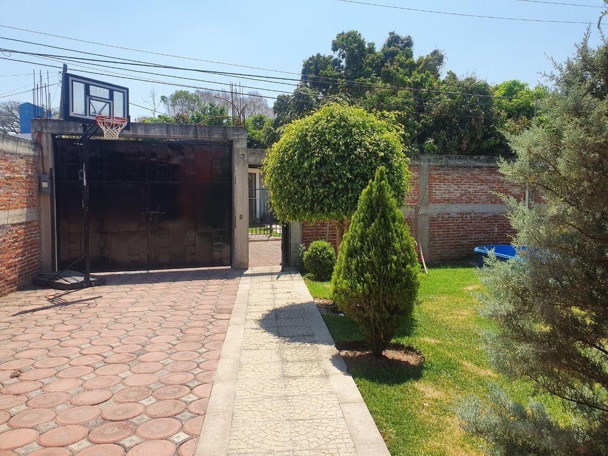 3 de 6: Entrada con estacionamiento y jardín.