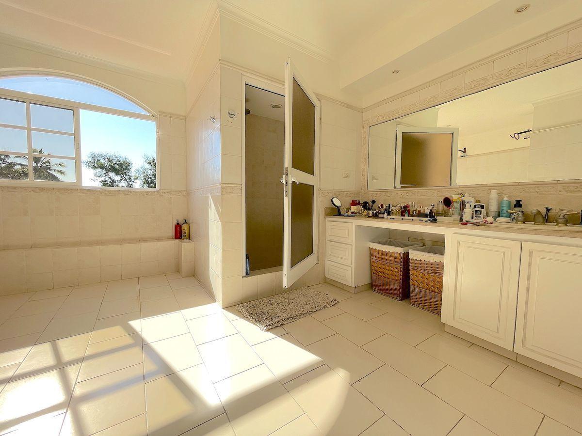 8 de 26: Baño principal con ventilación y buenos ventanales