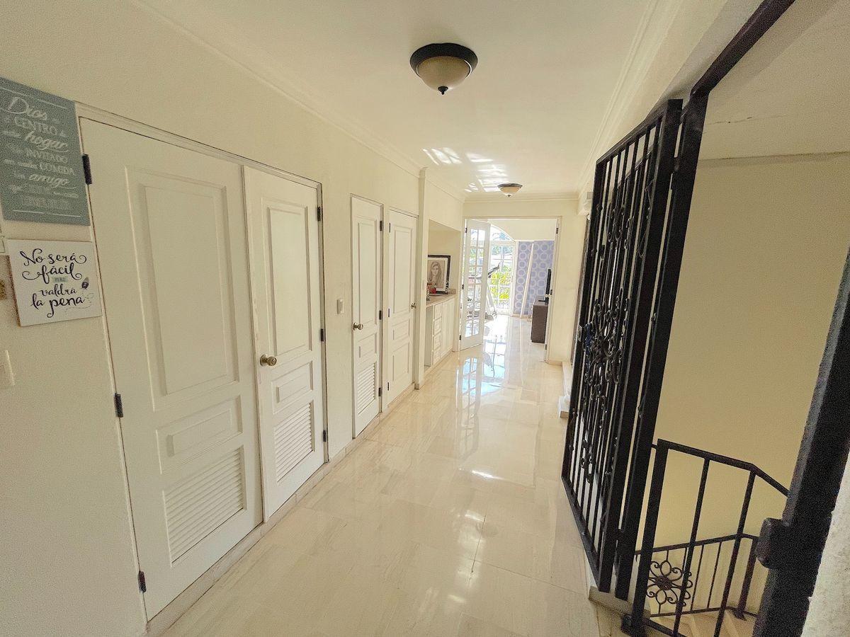 24 de 26: Pasillo con habitaciones con closet