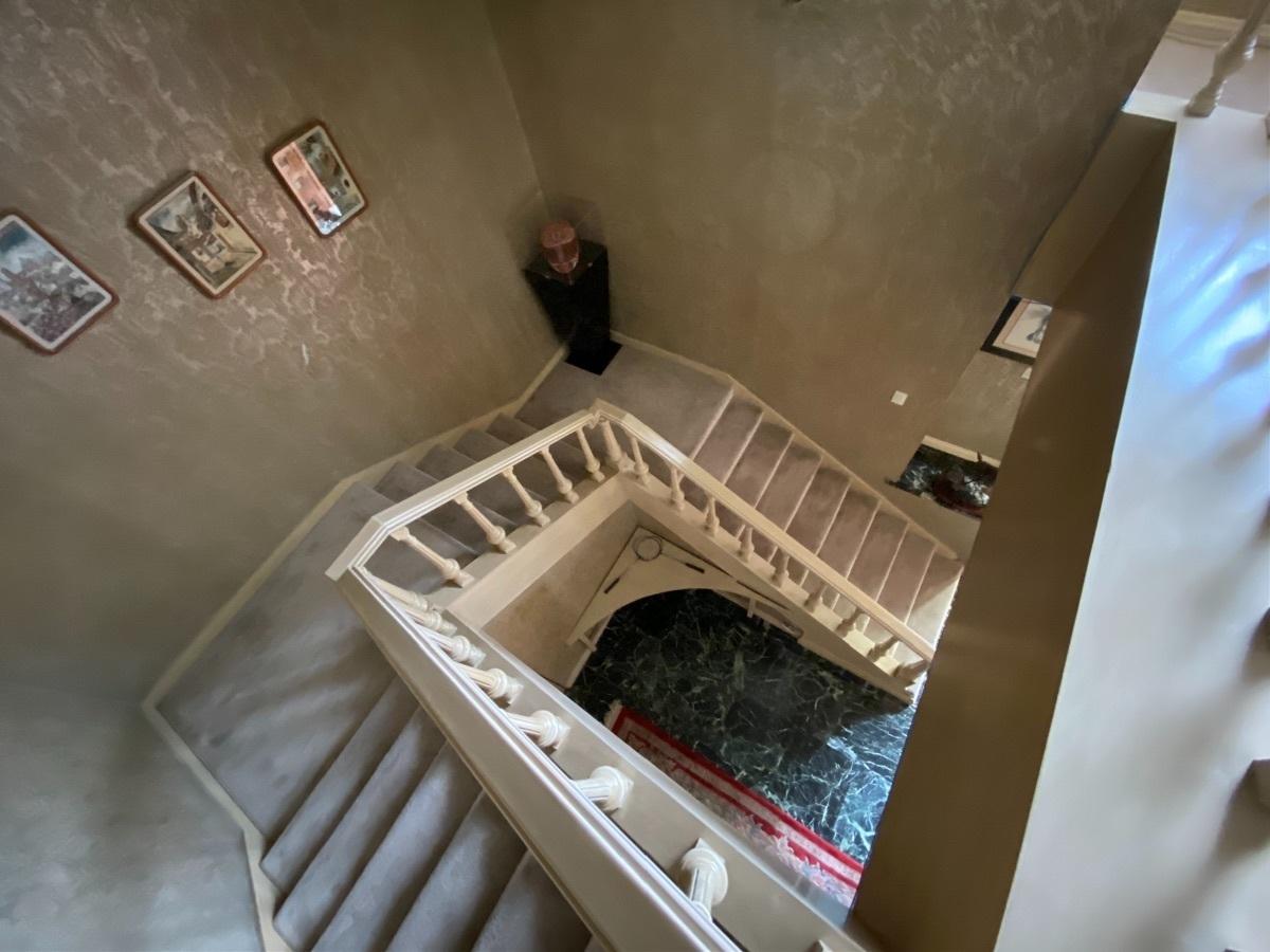 17 de 28: Escaleras con amplio cubo