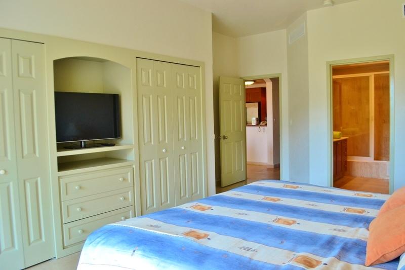9 de 25: Flat screen TV in master bedroom