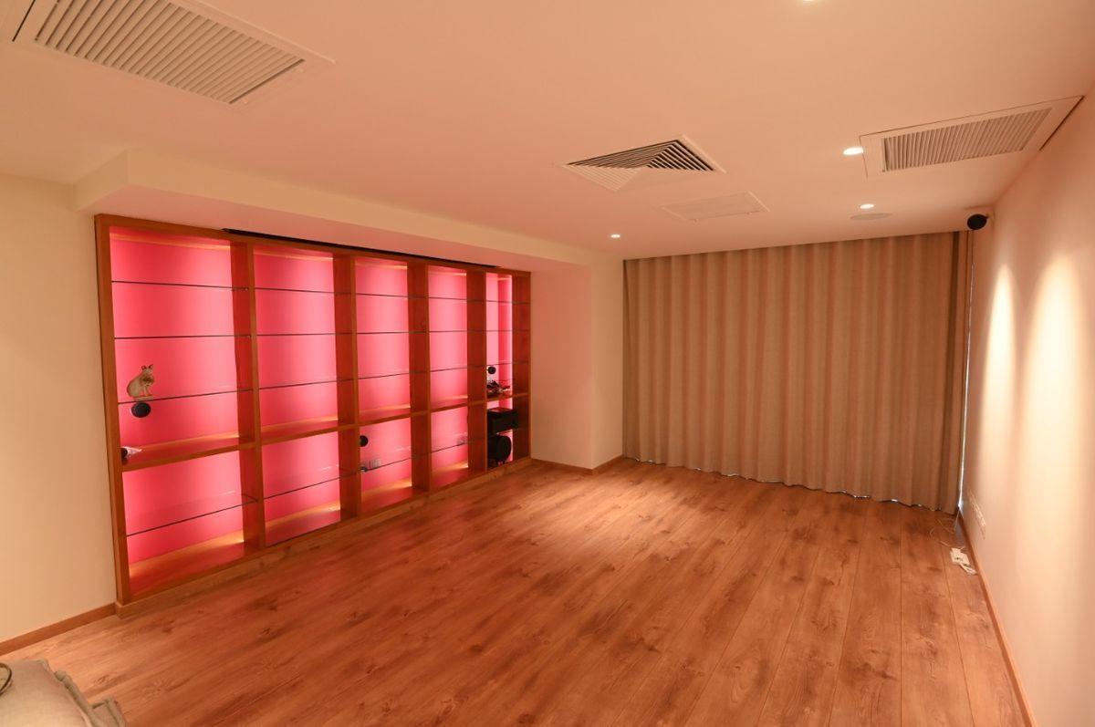 7 de 36: Sala de estar con mueble iluminado.