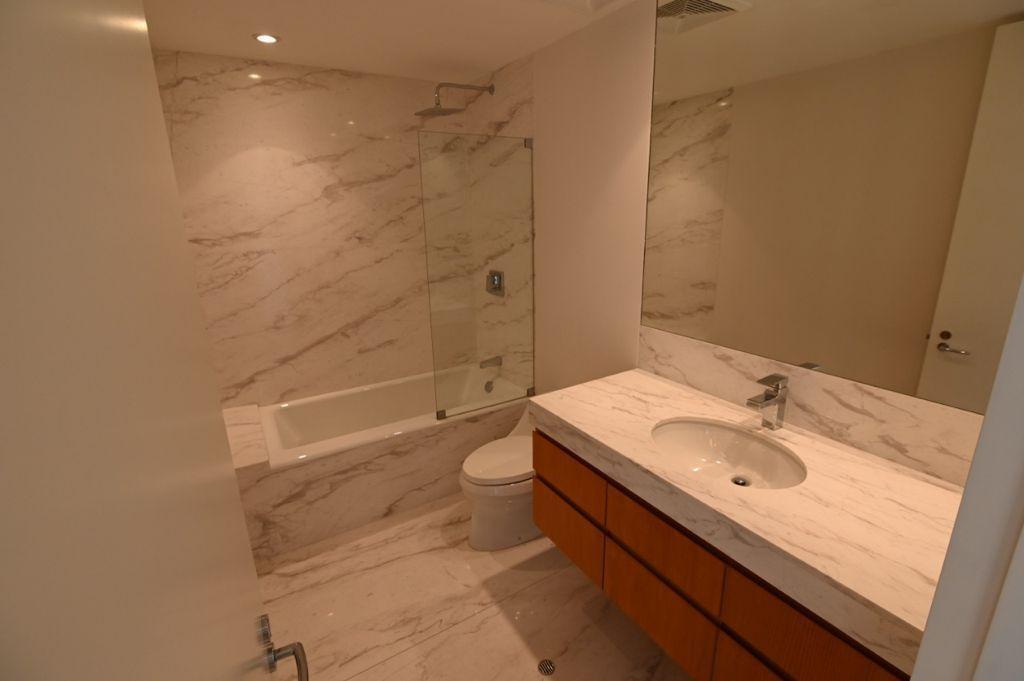 13 de 36: Baño secundario con tina con finos acabados