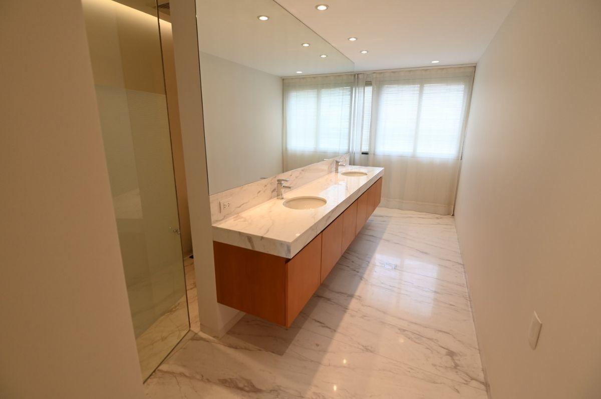 12 de 36: Baño principal con doble poza.