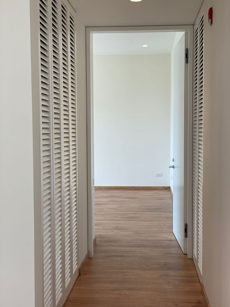 27 de 36: Ingreso a dormitorio principal. Closets para ropa blanca.