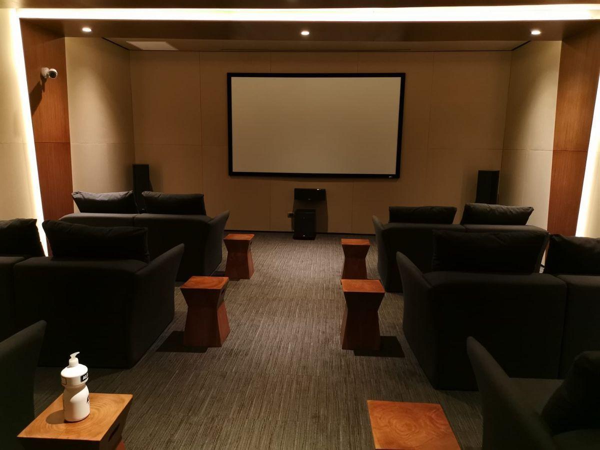 29 de 36: Cine en el área común del edificio