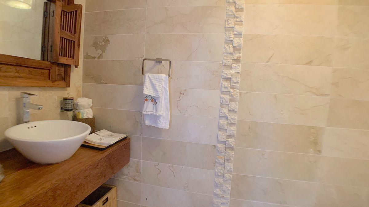8 de 22: Baño de visita revestido de mármol