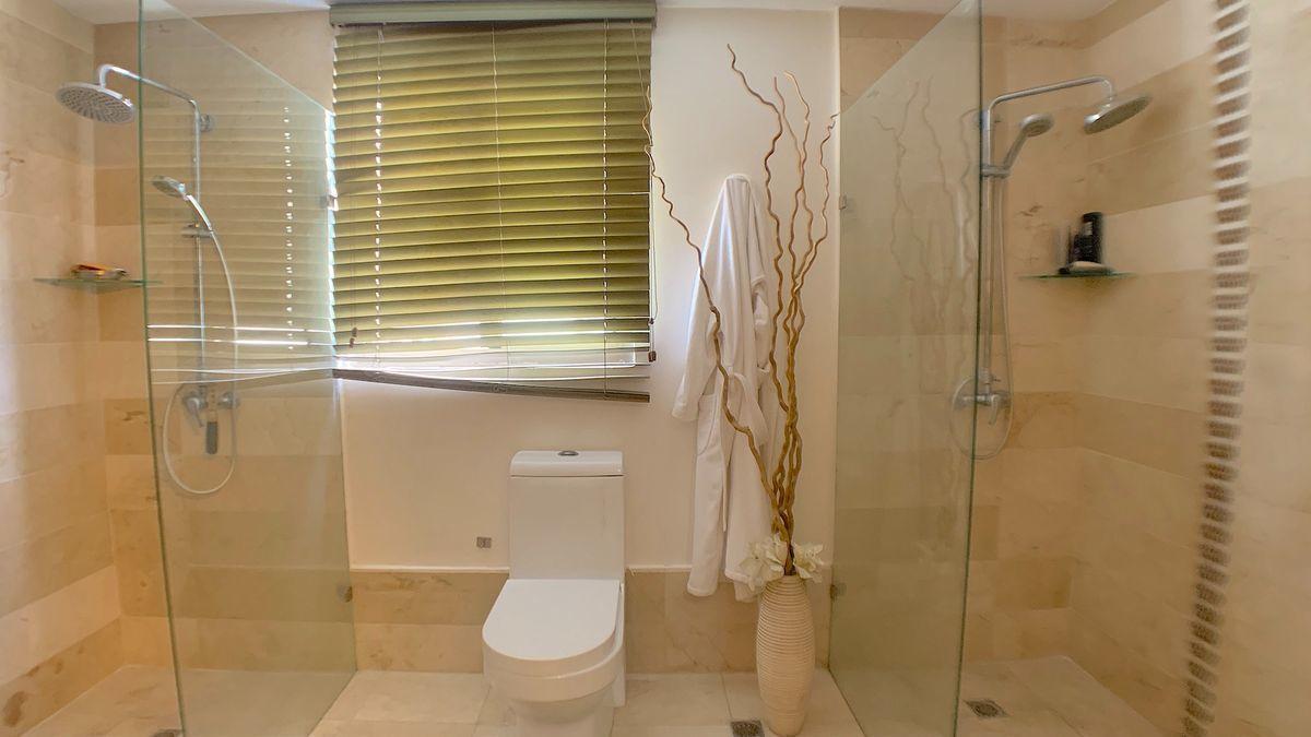 13 de 22: Baño principal con doble área de duchas para la pareja