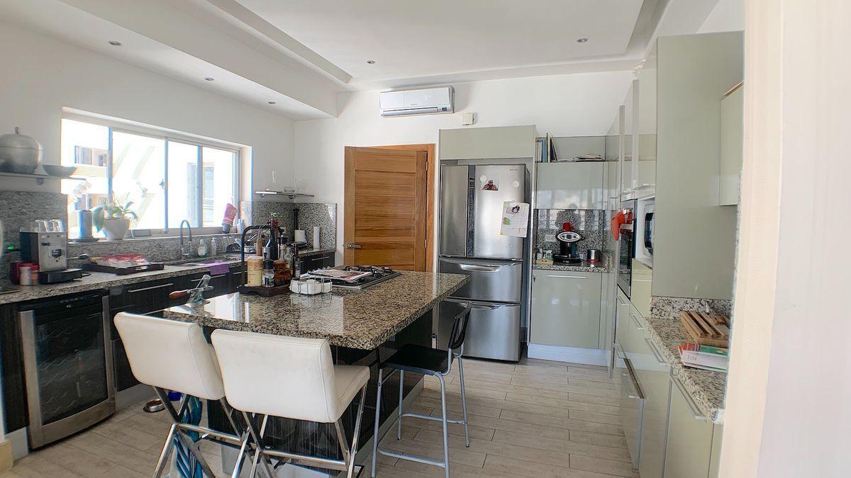 5 de 22: Cocina modular abierta con luz natural. Puede cerrarse.