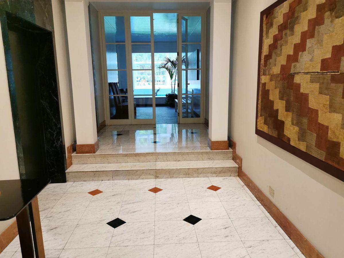 13 de 35: Lobby con finos mármoles en piso