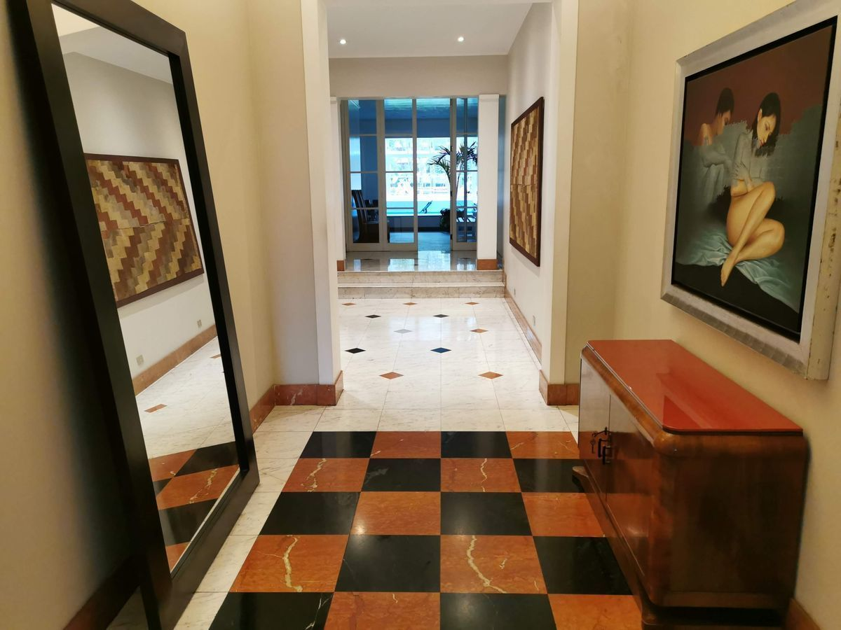 3 de 35: Elegante Lobby del Edificio, al fondo piscina y Parque Privé