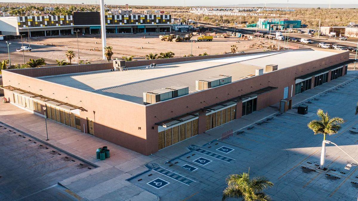 6 de 14: Vista lateral del local y estacionamientos