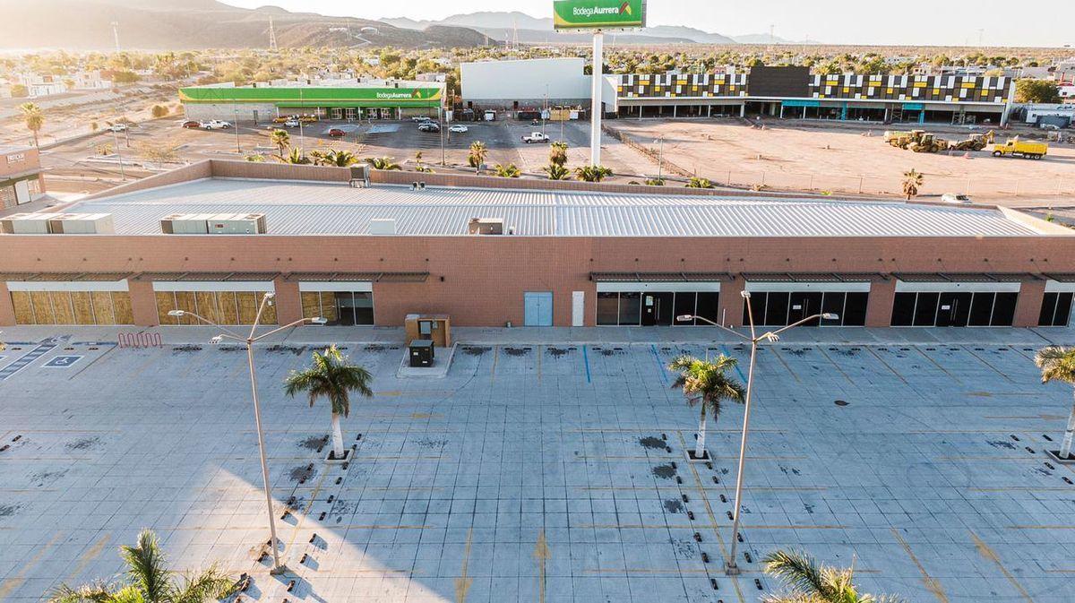 5 de 9: Vista aérea al edificio y estacionamiento