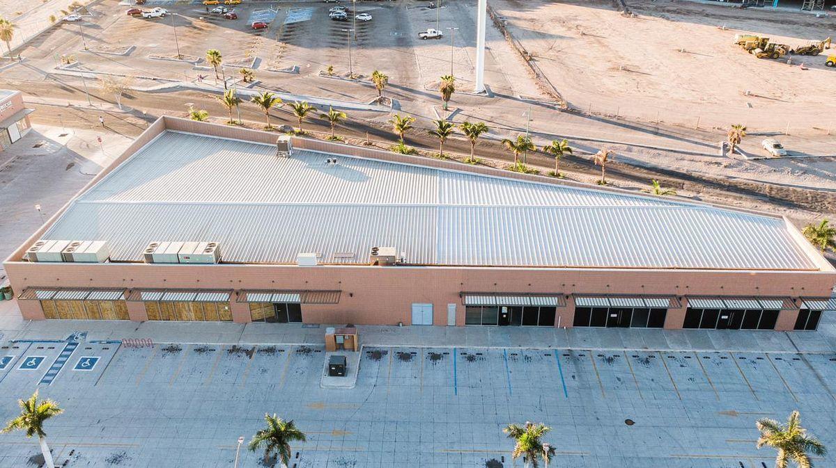6 de 9: Vista aérea frontal del edificio, estacionamiento.