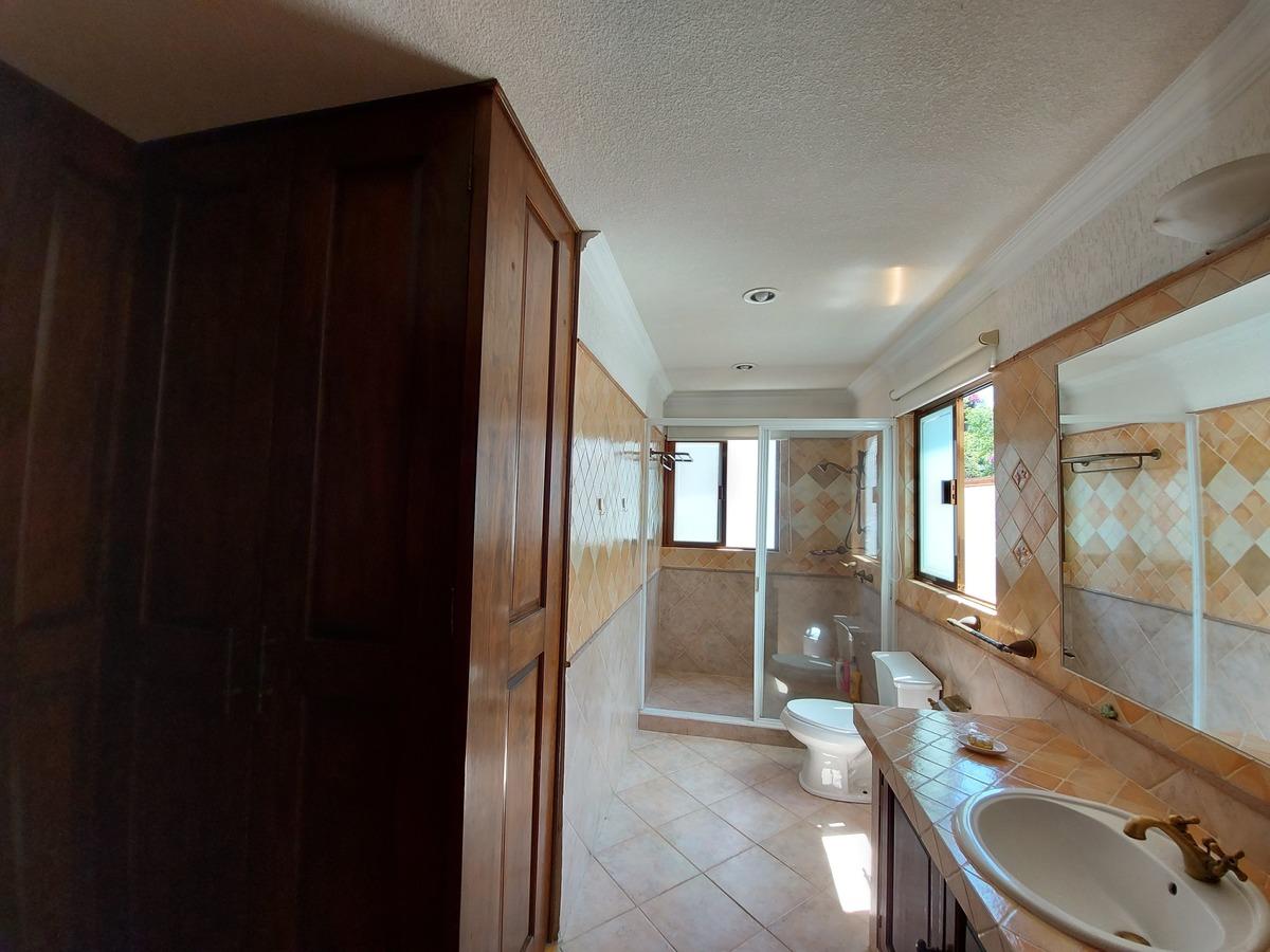 13 de 14: Baño y vestidor recámaras secundarias