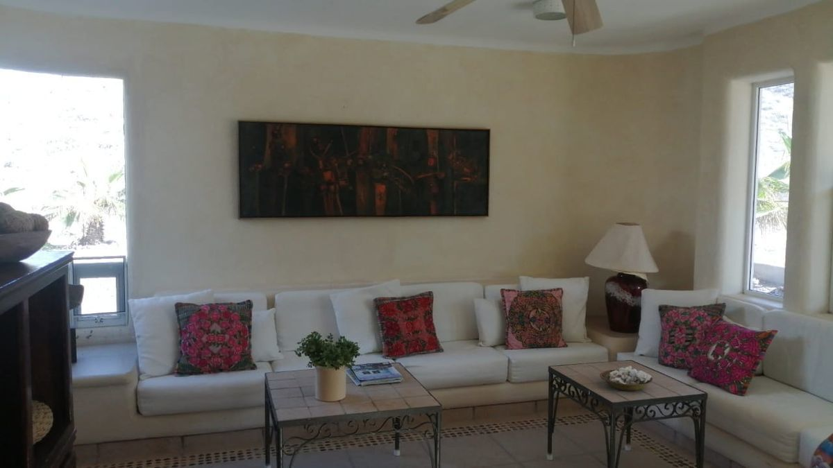 14 de 19: Sala Principal dentro de la Casa. Main Living Room