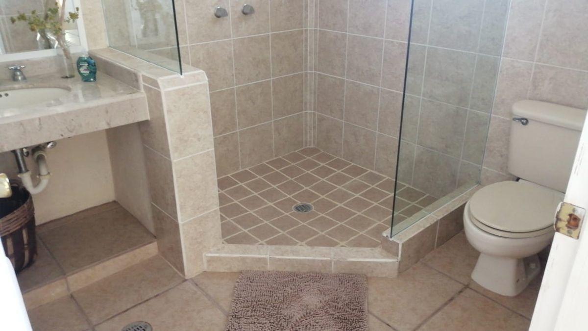 19 de 19: Baño Completo Equipado con Acabados de Primera.