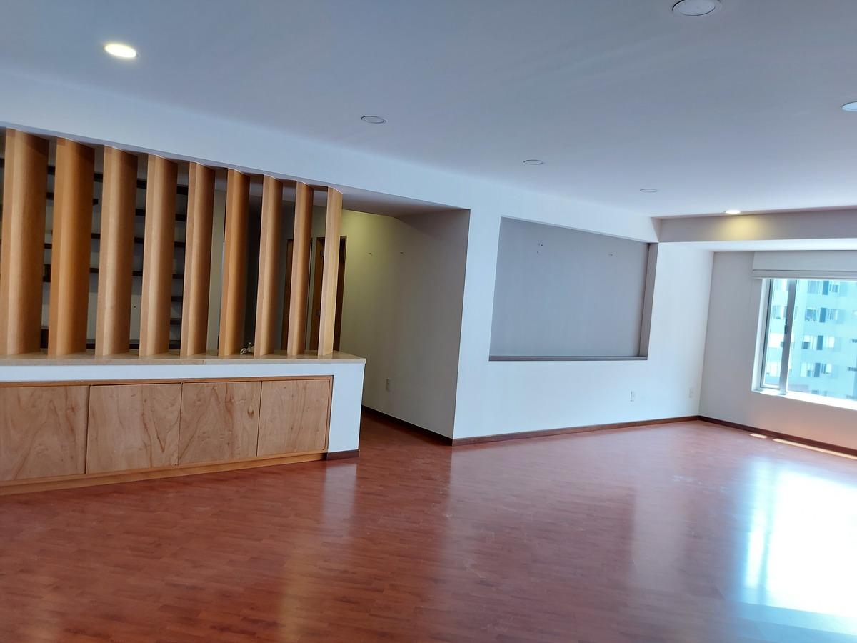 13 de 24: Amplia estancia, celosia de madera divide el familyroom