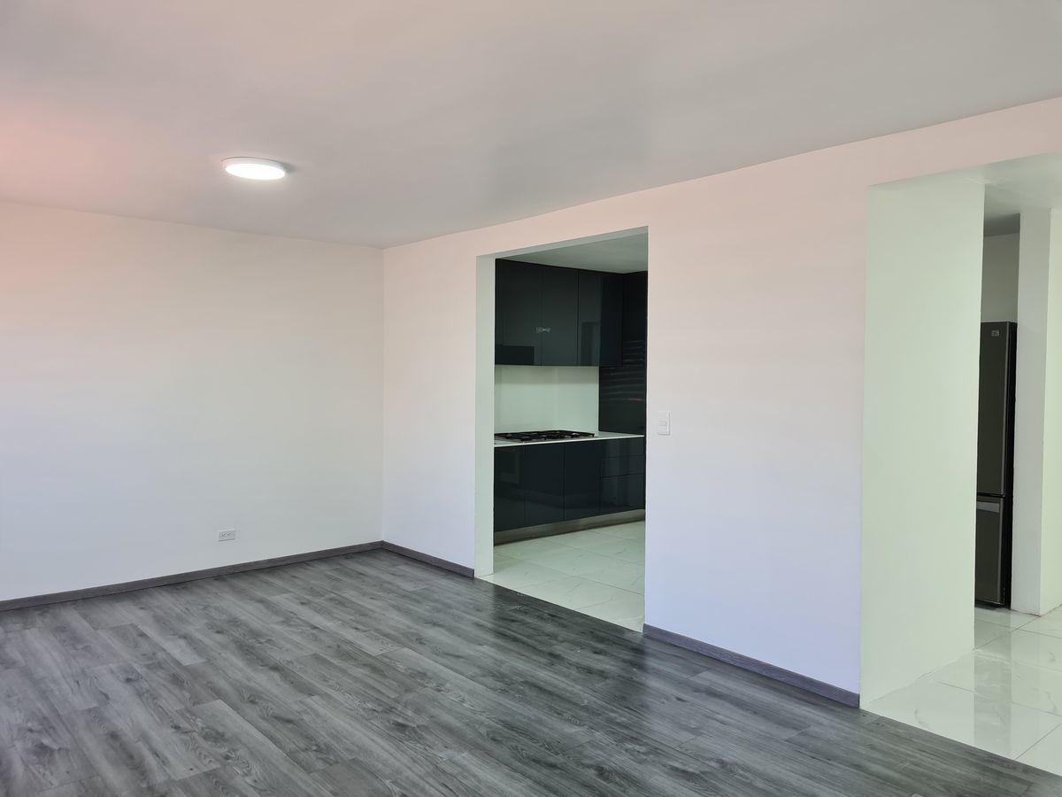 1 of 15: Área de comedor con vista a cocina