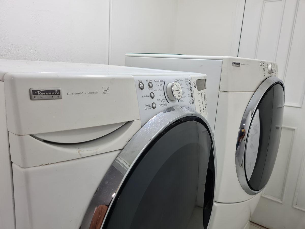 5 of 15: Cuarto de lavado con lavadora y secadora Kenmore