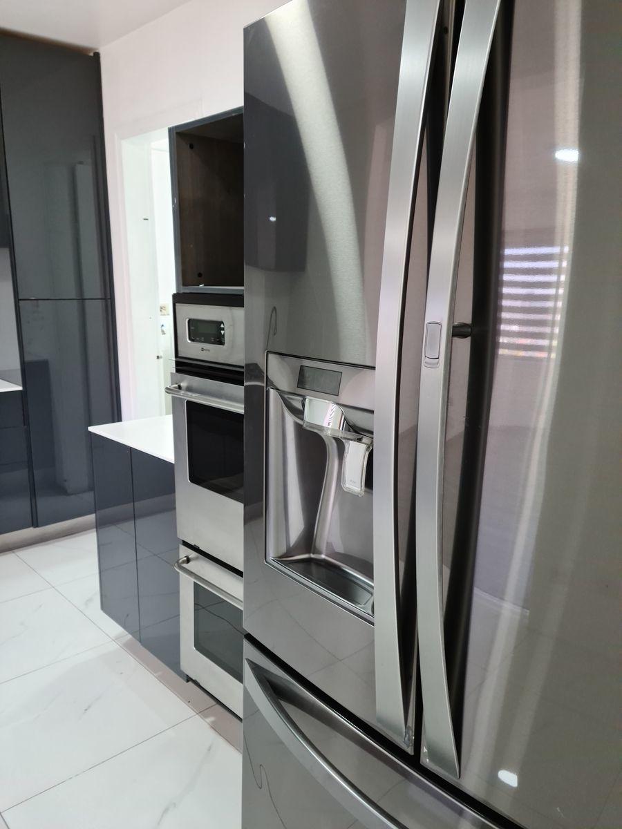13 of 15: Refrigerador de doble puerta y horno doble