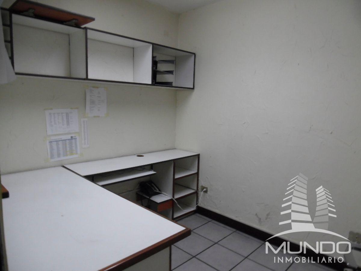 11 de 15: Oficina con muebles