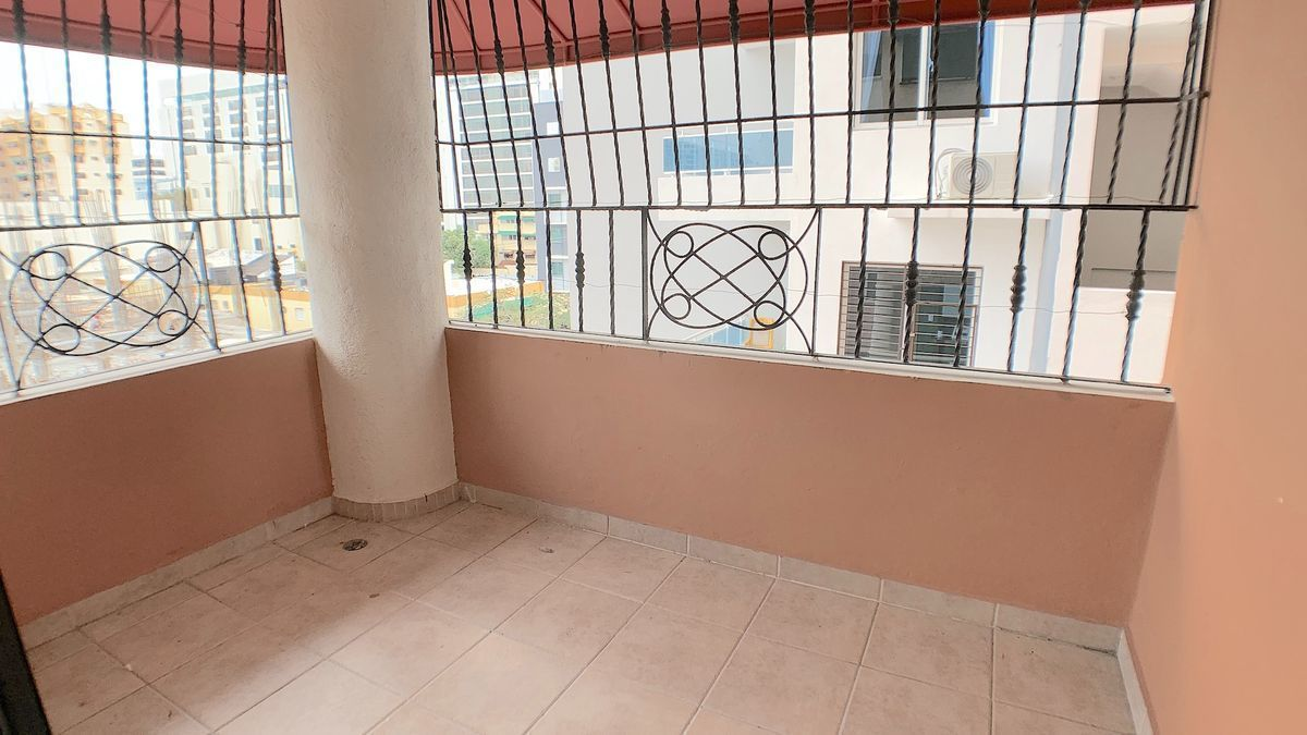 3 de 18: Balcón vista a la calle y al este