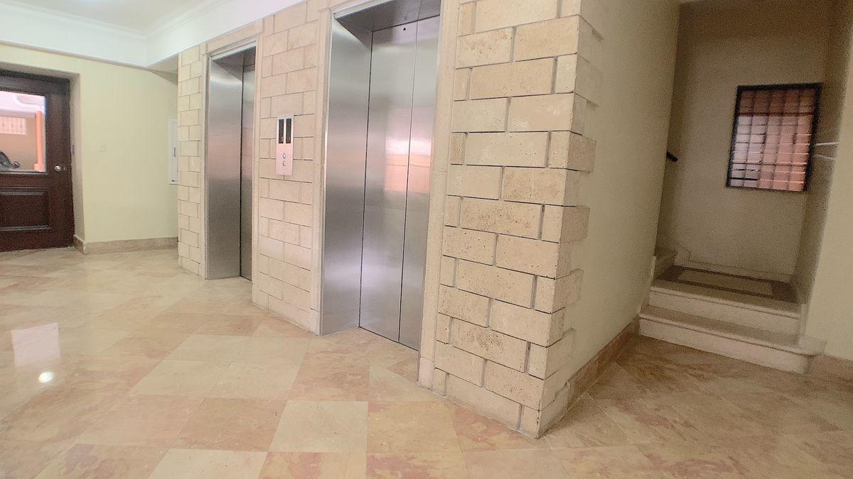 4 de 18: Dos (2) elevadores