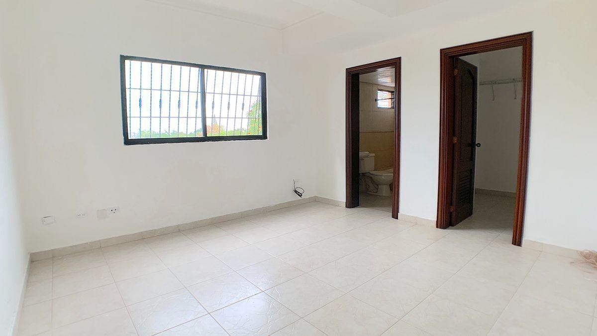 8 de 18: Habitación principal con baño y walk-in closet