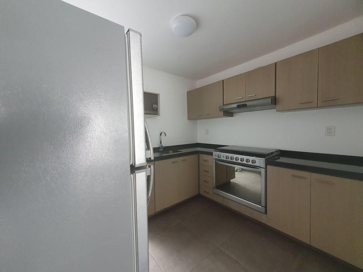6 de 17: Cocina equipada con estufa y refrigerador.