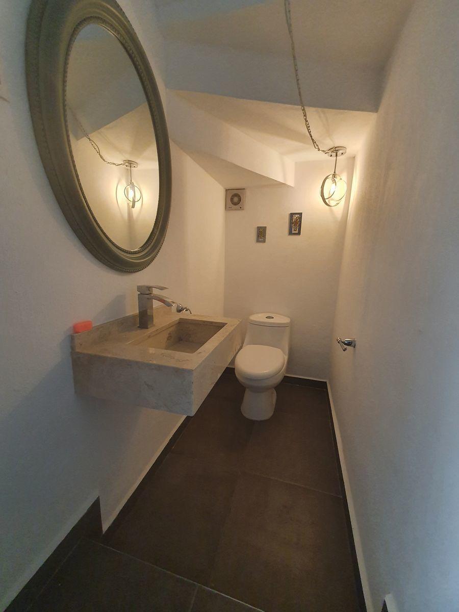 10 de 17: Medio baño de planta baja.