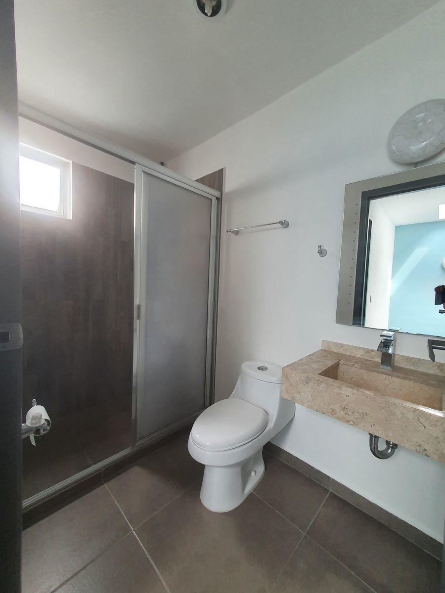 15 de 17: Baño compartido de 2 habitaciones.